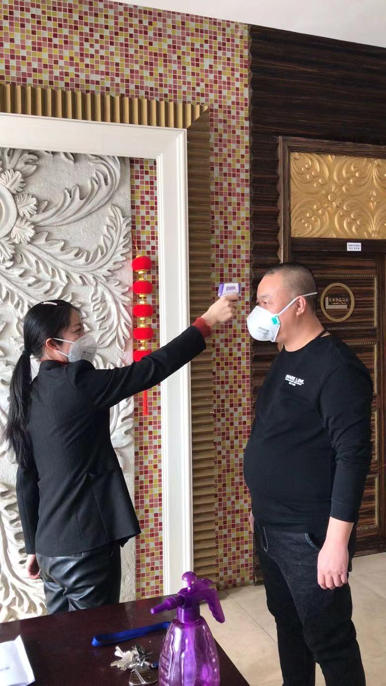 国家电投内蒙古公司培训中心员工每日测体温