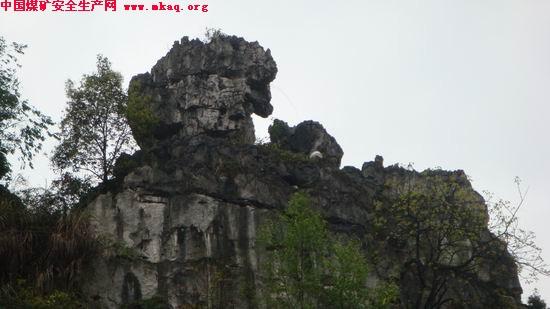 兴文石海世界地质公园、国家级风景名胜区,位于四川省宜宾市兴文县,属四川盆南山地与云贵高原的过渡地带。公园内石灰岩广泛分布,特殊的地理位置、地质构造环境和气候环境条件形成了兴文式喀斯特地貌,是国内发现和研究天坑最早的地方,也是研究西南地区喀斯特地貌的典型地区之一。公园内保存了距今4.