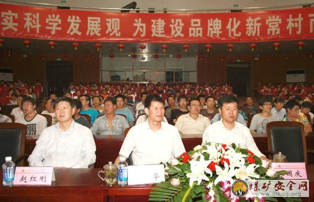 党委书记张国庆(右)