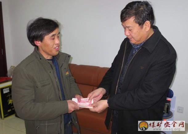 赵官能源工会向住院职工发放救助金